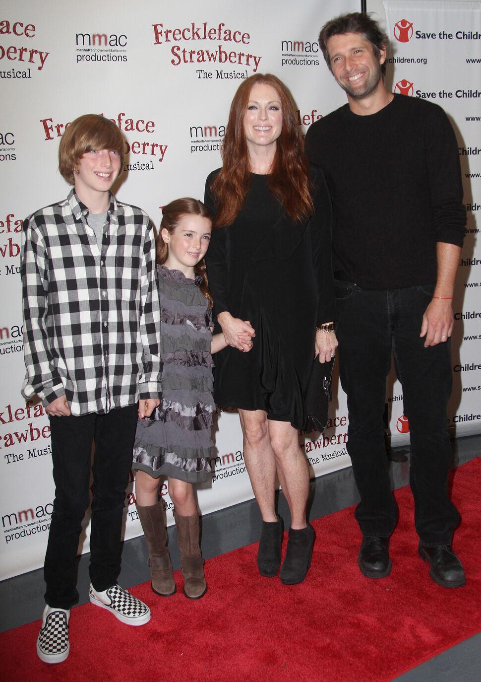 Джулианна Мур с семьей