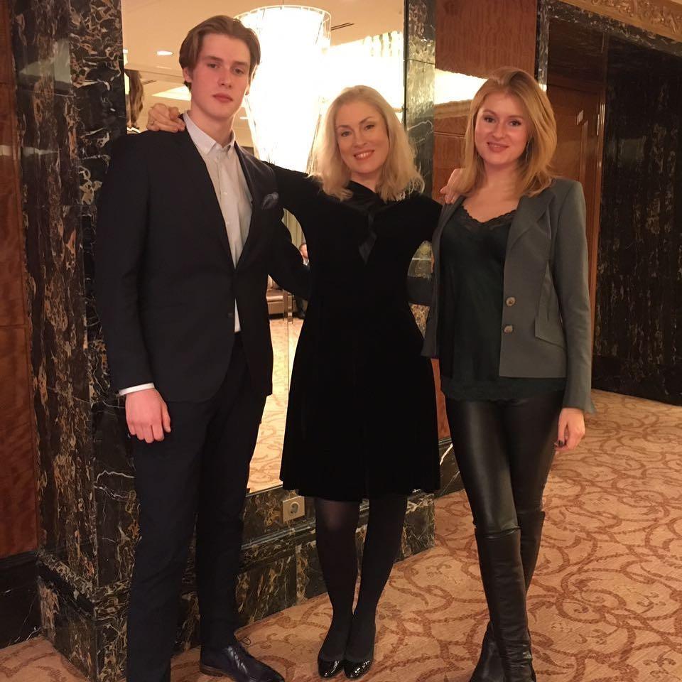 Мария Шукшина со своими детьми