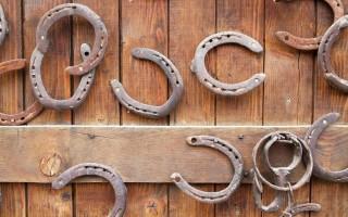 Как правильно повесить подкову над дверью
