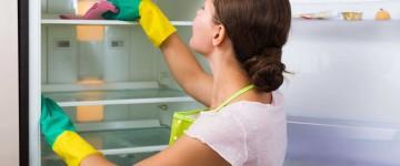 Как провести чистку холодильника