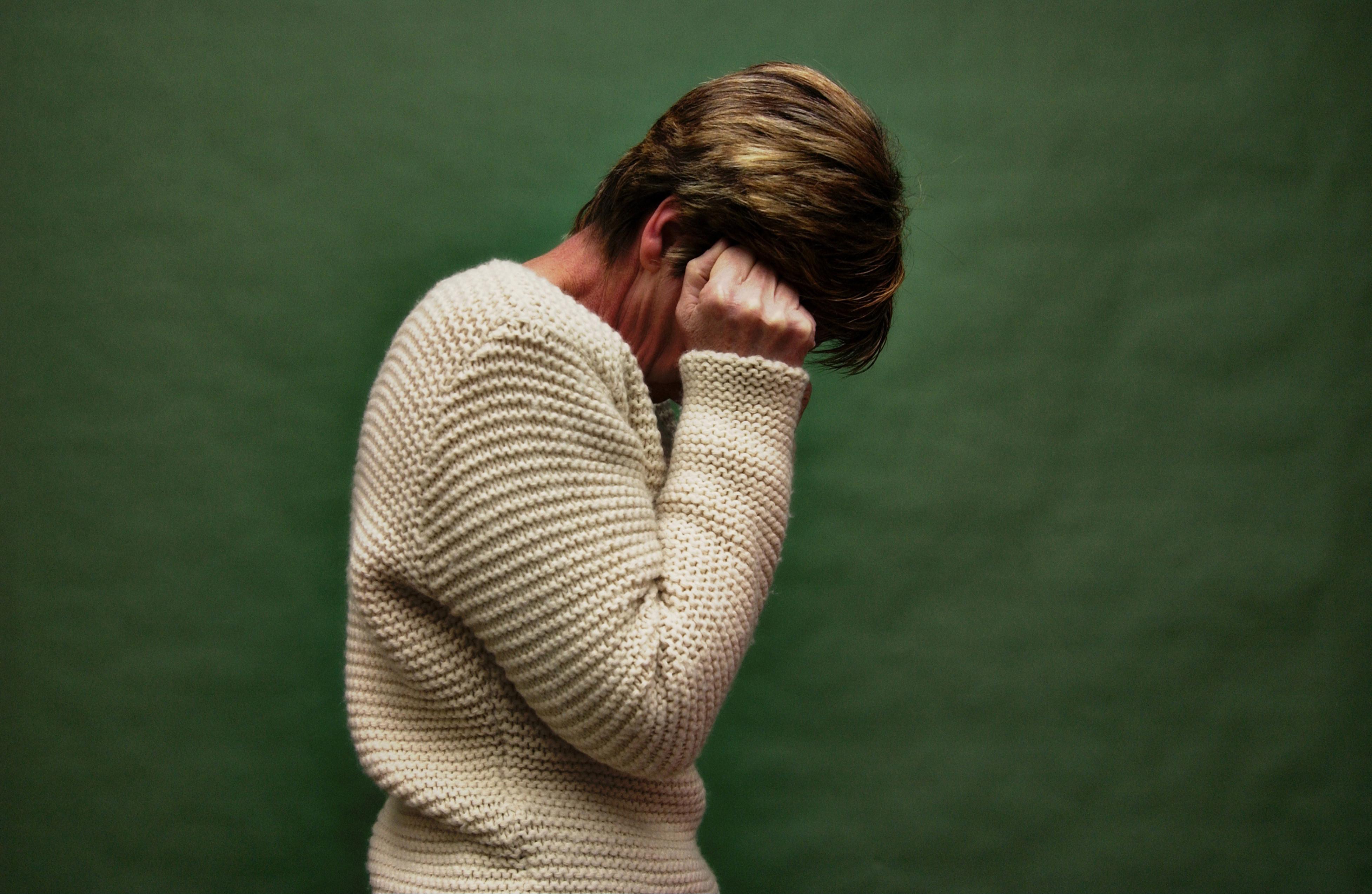 Симптомы при биполярном расстройстве часто схожи с депрессией: постоянно сниженное настроение, ощущение бесцельности жизни, мысли о суициде